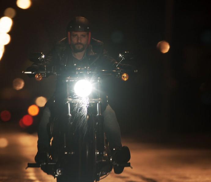 Mario sai de moto para socorrer um cliente (Foto: TV Globo)