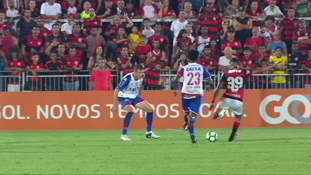 p  Lucas Paquet aacute  recebe passe de Everton pelo meio e arrisca de fora e2673a12f31b3