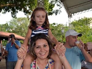 Michele Elena Sartori e a filha Elena em Piracicaba (Foto: Fernanda Zanetti/G1)