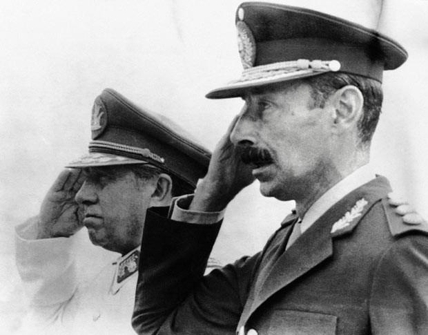 O ex-ditador argentino Jorge Rafael Videla, à direita, com o então ditador chileno Augusto Pinochet, em 1978, no Chile. (Foto: AFP)