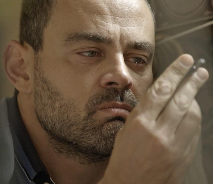 César se emociona ao achar objetos de sua infância (Foto: TV Globo)