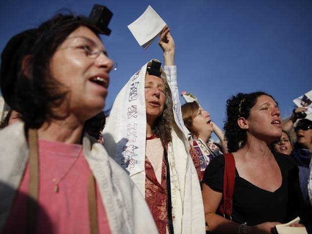 Judias usam xales durante oração em Jerusalém (Foto: AFP)