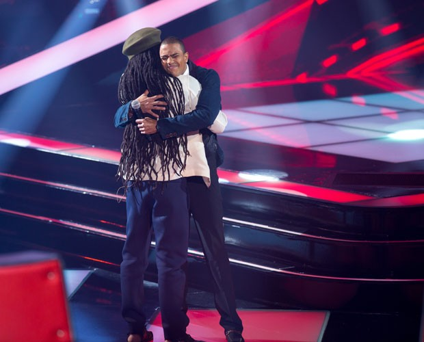 No final da apresentação, Romero recebe abraço de Brown (Foto: Isabella Pinheiro/TV Globo)