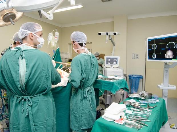 Médicos do Miguel Couto já fizeram 30 procedimentos com o aparelho (Foto: Renata Missagia/Secretaria Municipal de SAúde do Rio-Divulgação)
