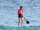 Marcelo Serrado pratica esporte e brinca com a filha na praia