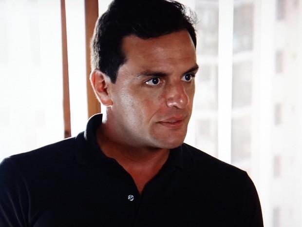 Sem medo, Théo enfrenta Lívia (Foto: Salve Jorge/TV Globo)