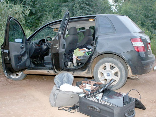 Carro com objetos roubados foi encontrado em estrada de terra (Foto: Marcos Corrêa/Mantiqueira)