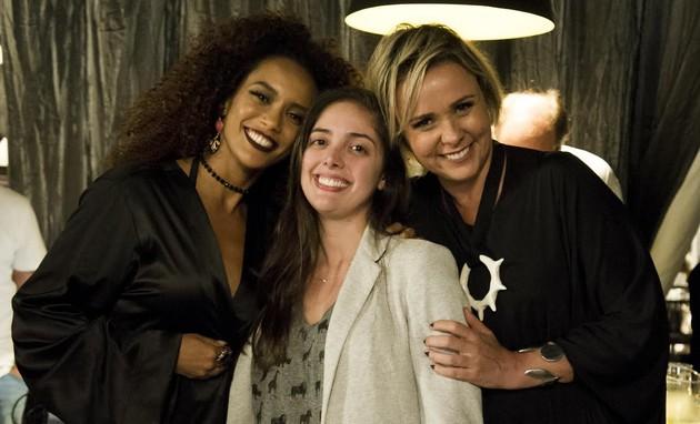 Giulia Gam posa com Taís Araújo e Patricia Pedrosa, diretora de 'Mister Brau' (Foto: Globo / Cesar Alves)