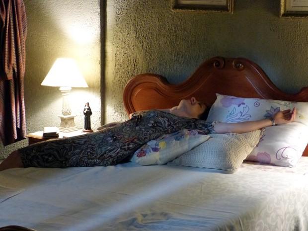 Cora debocha da irmã morta  (Foto: Gshow)