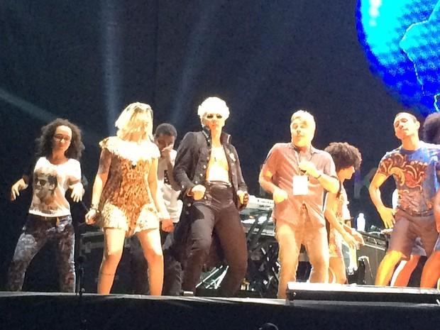 Supla foi um dos cerca de 20 'dançarinos' no fim do show da Angelique Kidjo (Foto: José Raphael Berrêdo / G1)