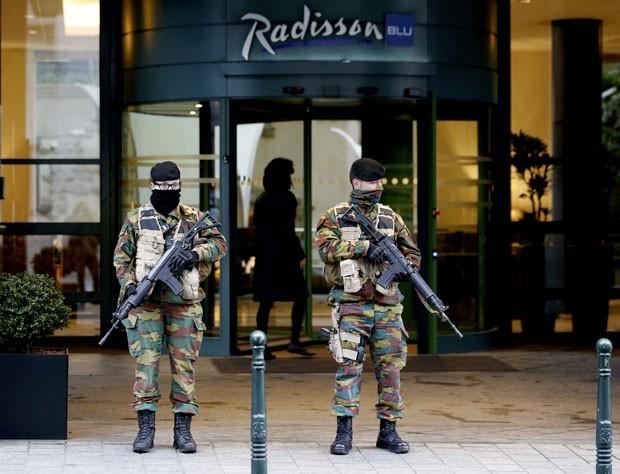 Soldados belgas ficam de guarda do lado de fora do hotel Radisson Blu, no centro de Bruxelas, após segurança ser intensificada na Bélgica na sequência dos atentados fatais em Paris (Foto: REUTERS/Youssef Boudlal)