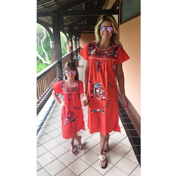 Ticiane Pinheiro e a filha, Rafaella Justus, usam looks iguais