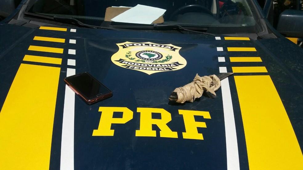 Com o foragido foram apreendidos um celular e uma faca (Foto: Divulgação/PRF)