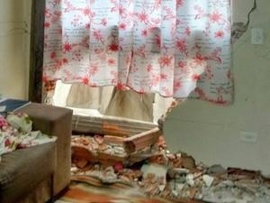 Jovem embrigado destrói parede de casa em Piracicaba (Foto: Silmara Martin/ Arquivo Pessoal)