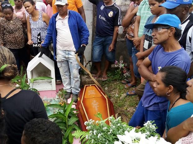 Enterrado corpo de criança de 11 anos morta por padrasto em São Luís (Foto: Danilo Quixaba/Mirante AM)