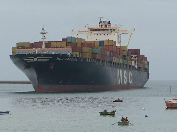 Navio foi desencalhado por volta das 14h30 (Foto: Reprodução/TV Bahia)
