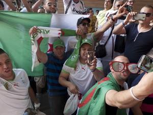 Torcida da Argélia faz selfie antes da estreia do time em Belo Horizonte (Foto: Andrew Medichini/AP)