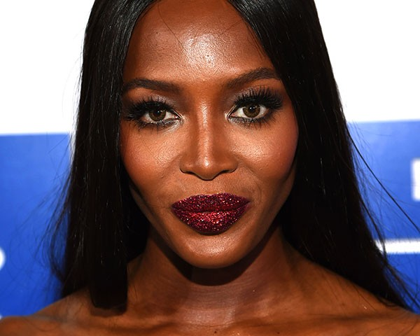 Naomi Campbell com a boca de glitter no VMA (Foto: Getty Images)