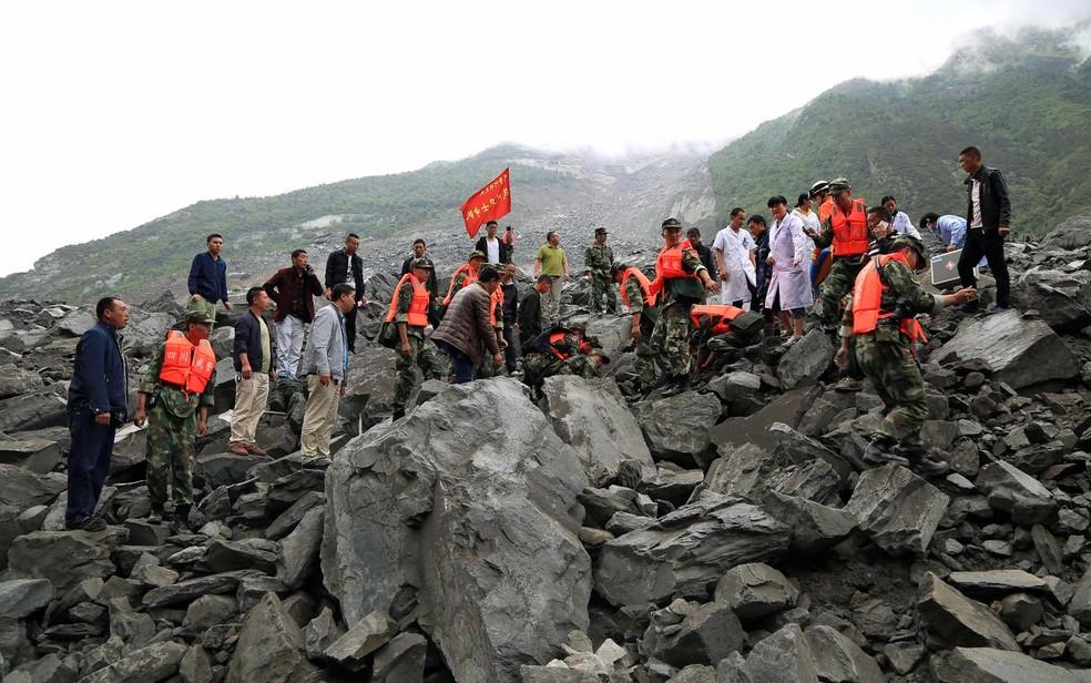 Equipes de emergência trabalham no local de deslizamento de terra na vila de Xinmo, condado de Maoxian, na província de Sichuan (Foto: Qinghai / Xinhua / via AP Photo)