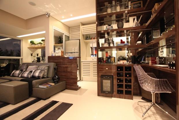 A estante decora e deixa o ambiente mais prático (Foto: Camila Klein)