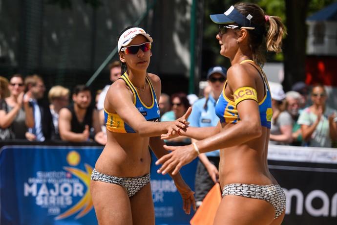 Duda e Elize Maia durante duelo no Major Serie em Hamburgo (Foto: Divulgação / FIVB)