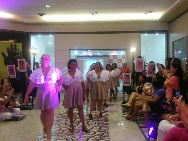 Mulheres desfilam para reforçar campanha contra o câncer (Foto: Lucas Leite/G1)