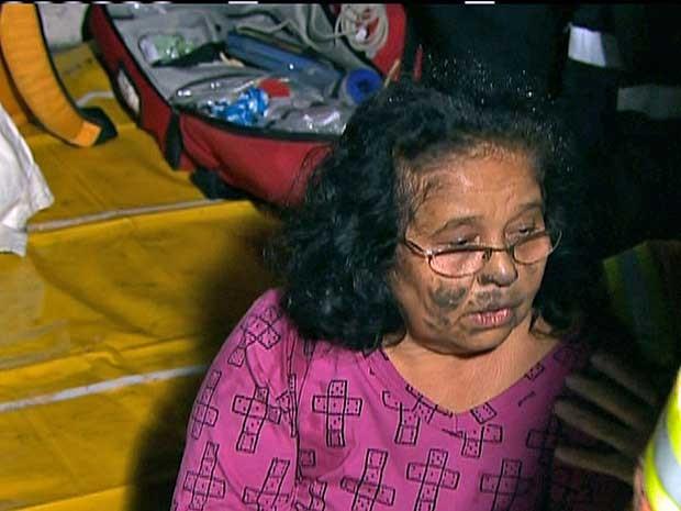 Mulher é atendida por equipes de emergência. (Foto: Reprodução / GloboNews)