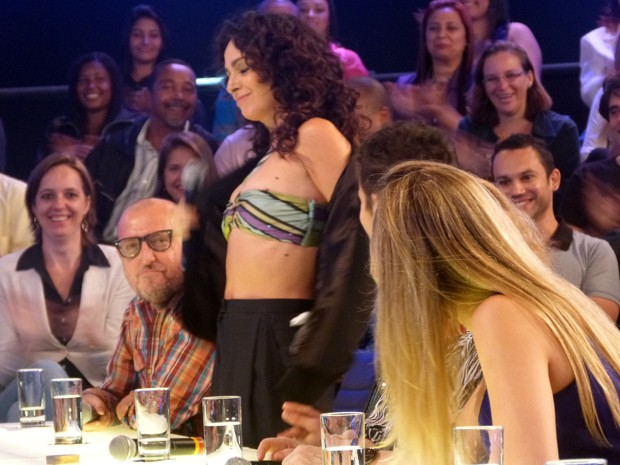 Claudia Ohana sensualizando no palco do Amor & Sexo (Foto: Amor & Sexo/TV Globo)