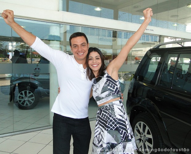 Carol Castro e Leandro Azevedo recebem carros  (Foto: TV Globo/ Domingão)