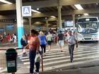 Homem é agredido por passageiros após roubar celular dentro de ônibus