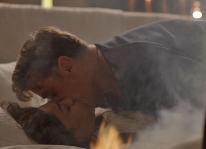 Enquanto o clima esquenta entre Carolina e Arthur o colchão começa a pegar fogo (Foto: TV Globo)