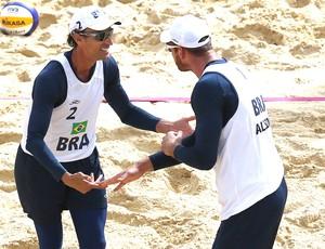 Alison e Emanuel comemoram vitória no vôlei de praia do Brasil contra a Suíça em Londres (Foto: AP)