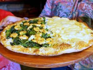 Pizza reúne duas receitas diferentes  (Foto: Reprodução/Rede Amazônica)