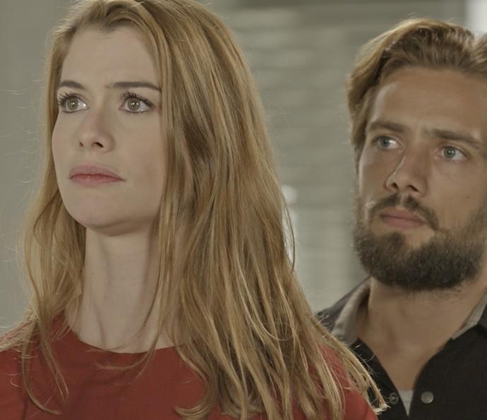 Lívia fica assustada com as palavras do médico (Foto: TV Globo)