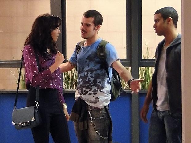 Rodinei na delegacia... Liara não gosta nada disso! (Foto: Cheias de Charme / TV Globo)