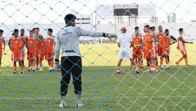 Treino do Campinense, Pantera orienta jogadores (Foto: Magnus Menezes / Jornal da Paraíba)