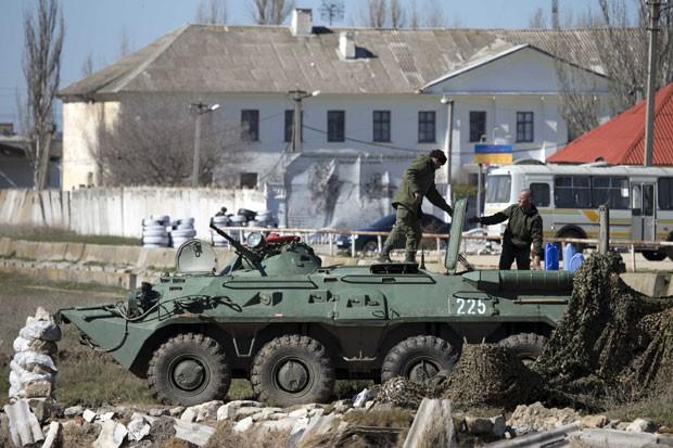 Soldados russos perto da base naval ucraniana na cidade de Feodosi, na Crimeia (Foto: Pavel Golovkin/AP)