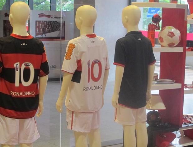 Camisas do Ronaldinho na loja do Flamengo (Foto: Richard Fausto / Globoesporte.com)