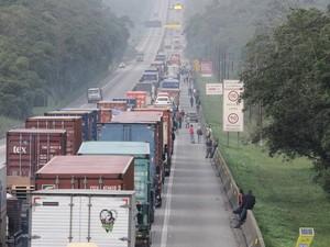 Veículos parados na Rodovia Anchieta, rumo ao porto de Santos (Foto: Adriano Lima/Brazil Photo Press/Estadão Conteúdo)