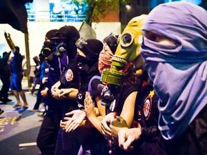 Manifestantes mascarados fecham vias do Rio de Janeiro durante protesto nesta segunda (12) (Foto: Reynaldo Vasconcelos/Futura Press)
