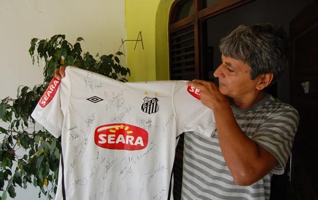 amigo de durval apresenta camisa autografada do santos (Foto: Lucas Barros / Globoesporte.com/pb)