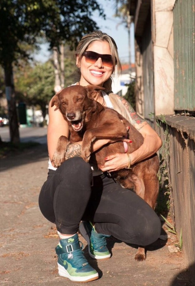 Vanessa Mesquita fez a tatuagem para ajudar a promover sua ONG animal PetVan (Foto: Divulgação / Adriana Barbosa)