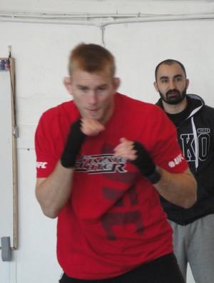 Andreas Michael observa o treino de Alexander Gustafsson na academia, em Estocolmo (Foto: Rafael Maranhão - SporTV.com)