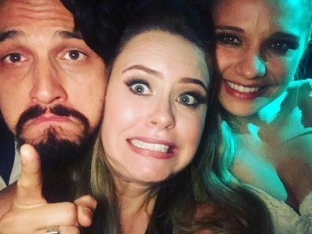 Mariana Bridi com os noivos (Foto: Reprodução)