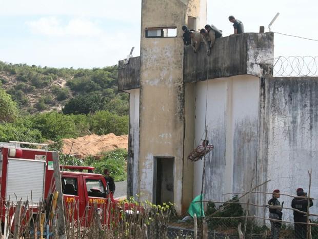 20/10: Bombeiros resgatam preso ferido da Penitenciária de Alcaçuz (Foto: Elias Medeiros)