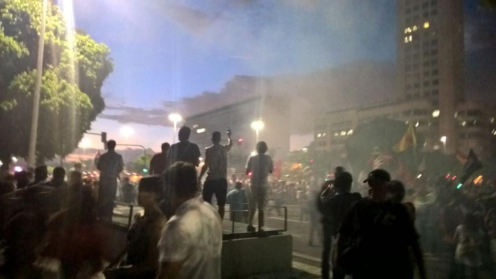 Protesto teve princípio de confusão e bombas de gás explodidas pela polícia (Foto: Carlos Brito/G1)