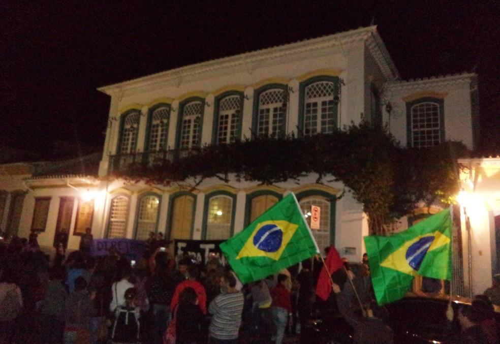 Manifestantes se reuniram em frente ao Solar dos Neves em São João del Rei (Foto: Luciano Nascimento/Arquivo Pessoal)