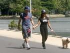 Felipe Dylon e Aparecida caminham juntos e levam até o cachorrinho