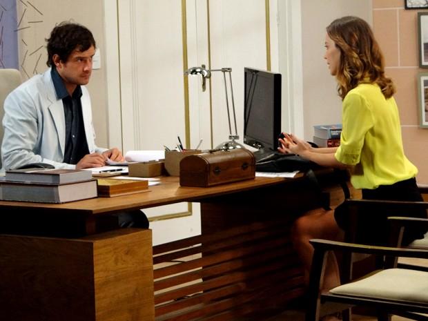 Caíque se recusa a dar entrevista a Laura (Foto: Gshow)