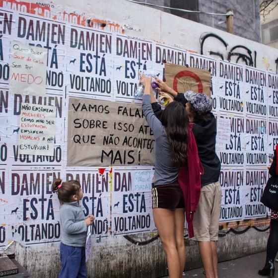 Tapumes na avenida Paulista se tornaram mural de protesto contra o estupro coletivo em comunidade no RJ (Foto: Kevin David / Raw Image/Folhapress)